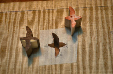 ④ Stamp the flying Murrelet on the Japanese paper.Glue temporarily to the base board and saw out vertically.