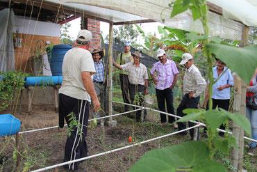 Cesar Marulanda, propietario de la Reserva Natural Nuestro Sueño en el municipio de Charalá, explica a los   campesinos de las veredas de Butaregua y Carare del municipio de Barichara el funcionamiento de la huerta casera   con un sistema de micro riego.
