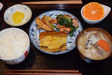 4/24 さつま汁、塩さばのカレー風味、小松菜とウィンナー炒め、たくあん、マンダリン、茨城産コシヒカリ