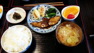4/9大根とにんじんの味噌汁、ブリの生姜煮、竹輪の野菜詰め、ほうれん草のお浸し、デコポンいちご、漬物
