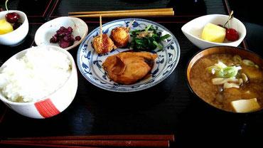 5/29 豆腐としめじの味噌汁、カジキマグロの煮付け、うずらの卵のベーコン挙げ、ほうれん草のお浸し、アメリカンチェリーとパイン、つけもの、茨城産コシヒカリ
