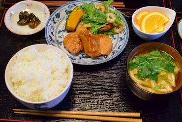 4/30 豆腐と油揚げの味噌汁、水菜とちくわのサラダ、かぼちゃ煮、チキンの生姜焼き、茨城産コシヒカリ、つけもの、ネーブルオレンジ