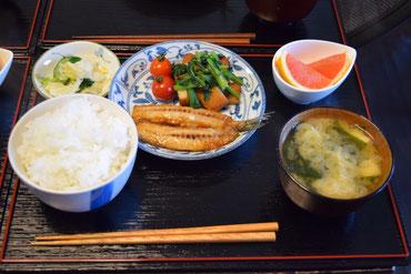 5/15 豆腐とわかめの味噌汁、いわしの蒲焼き、小松菜とさつま揚げの煮浸し、プチトマト、つけもの、グレープフルーツ、新潟魚沼産コシヒカリ