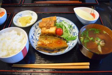 6/26 秋刀魚の蒲焼き、あさりの味噌汁、厚揚げ煮、水菜、漬物、りんごとチェリー