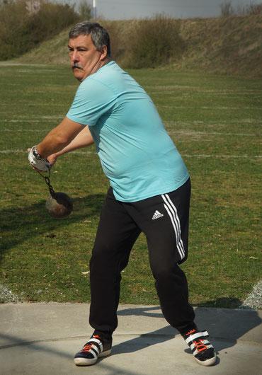 Hans-Jörg Schiele beim Anschwingen (Gewichtwerfen).
