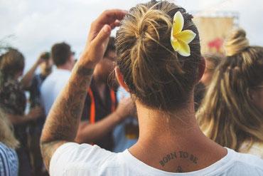 Mann mit Blume für Individualität