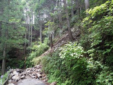 斜面に残る落石(8月6日時点)