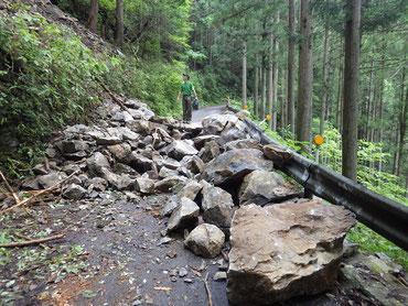 林道を塞ぐ落石(8月6日時点)