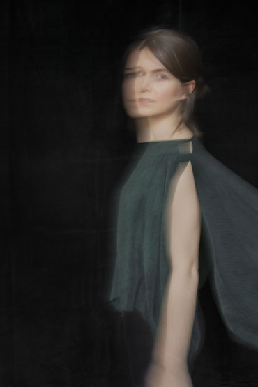 Portrait Natascha von Hirschhausen. Nachhaltige und ethische Modedesignerin. High quality and premium fashion.