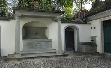 hinter der Tür zwischen den beiden Brunnen beginnt der Stollen