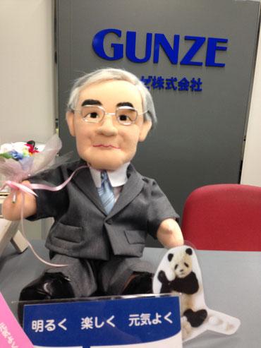 グンゼ本社の受付では、児玉社長にそっくりののどかちゃん人形が出迎えてくれます