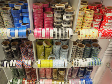 カテゴリー毎の商品バリエーションが充実している。マスキングテープ70種類、ペーパーナプキン40種類、玩具40種類(ヌー茶屋町店)