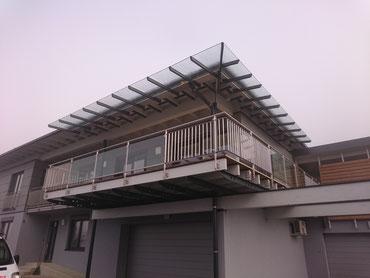 Edelstahl Geländer mit und Dachkonstruktion mit Glaselement