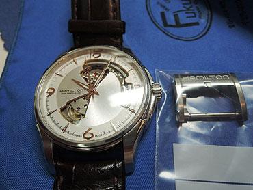 腕時計のベルト交換中。