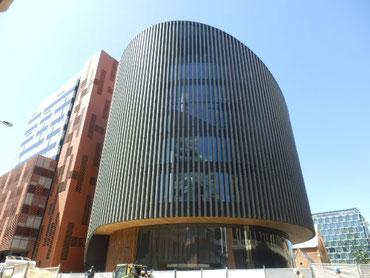 竣工間際のデザイン性が優れた図書館