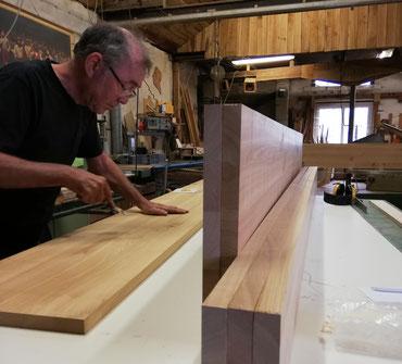 Ein Foto von Schreiner Nissing hineingestellt in individuelle Massivholzleisten aus unterschiedlichen Holzarten