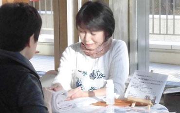 札幌市南区であとりえ柚子香を主宰しています、アロマセラピストの谷淳子によるハンドマッサージの施術を行っています