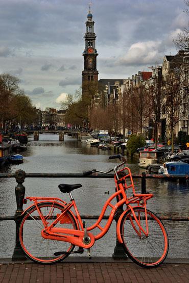 643. Amsterdam oranje fiets met Westertoren (4074)