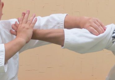 ③母指先の反りを対側の側頸に向けて巡ると陰の陰で受けの小指球を包む。