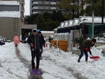雪かきをするスタッフ