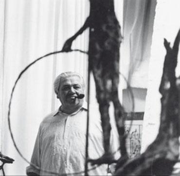 Remo Rossi vor einem seiner Werke