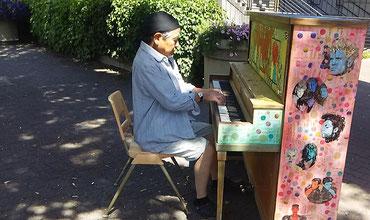 ストリートピアノを弾くけんジイさん