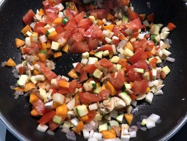 Das in kleine Würfel geschnittene Gemüse in Olivenöl anschwitzen und zugedeckt schmoren lassen