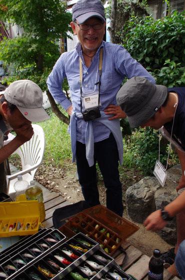 オールドプラグの前で微笑んでおられるジェントルマンは、『バサー』誌の初代編集長や、また『つり人』の編集長も勤められた三浦修さんです