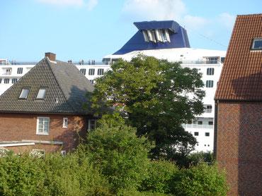 Blick von unserem Balkon! Die Norwegian Dream mit eingeklapptem Schornstein!