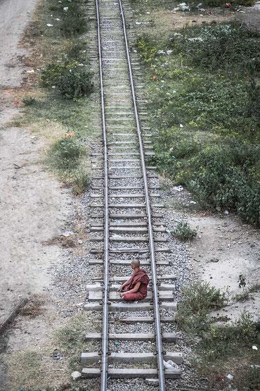 Monje en las vías del tren