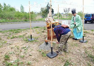 鍬(くわ)や鋤(すき)を入れる地鎮祭