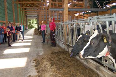 """Landfrauen """"verschaffen sich Durchblick"""" im Stall mit  Milchroboter und Photovoltaikanlage der Familie Ahrens Heyerhöfen   (v.r. Henning Ahrens, Henriette Ahrens)."""