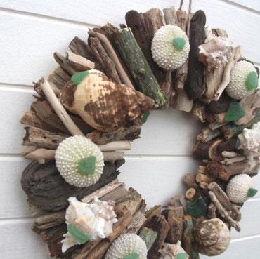 TreibholzKranz mit Muscheln, Seeigeln und Strandglas