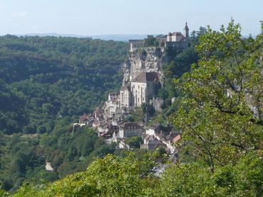 Haut lieu de pèlerinage, vous arrivez de Martel par le causse du Quercy. Ensuite direction Carennac, Plus Beau Village de France, au bord de la rivière Dordogne. Puis retour sur Collonges-la-Rouge et La Mérelle
