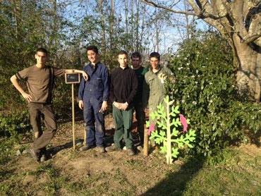 Les élèves de Madame Ntamak, dans leur jardin de l'ouïe.