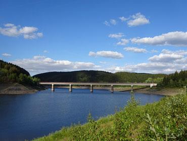 Talsperre mit großer Brücke
