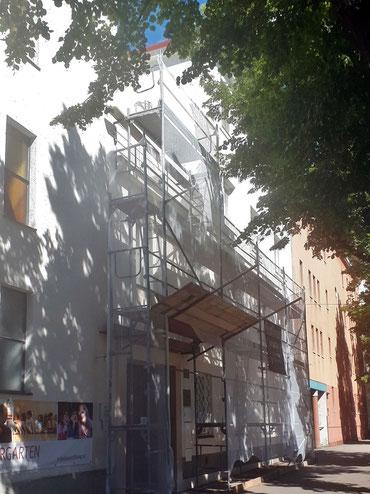 Vor dem Eingang ins Pfarrhaus ist ein Gerüst bis zur Terasse aufgebaut.
