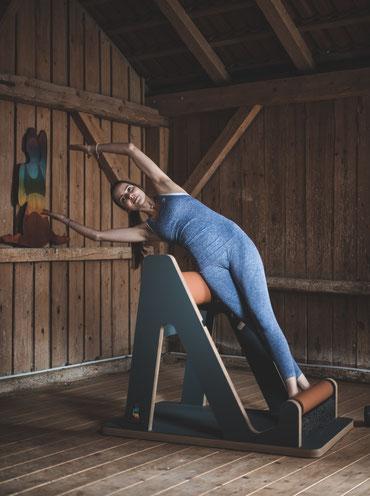 Frau macht auf einem MINDZMOVE Gerät die Übung TWIG