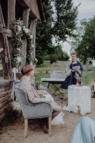 Hochzeitsrednerin Stella bei einer freien Trauung im Landgut Lingental bei Heidelberg - Foto: (c) Hochzeitsfotograf Wurth