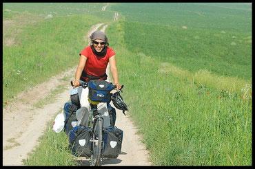 voyage à vélo au kazakhstan, laetitia, entreicietla, bike touring
