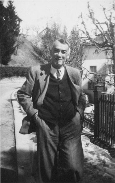 Jon Demarmels sül stradun a Scuol, 1949 Fotografia: Mic Feuerstein