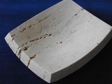 kleine viereckige Schale aus Kalkstein.