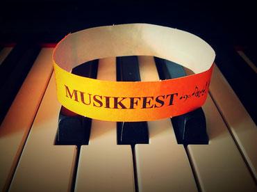 Das orange Spendenbändchen - Erkennungszeichen aller Fans des Musikfestes