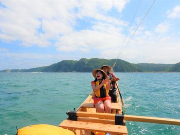 風を受けて走る帆かけサバニ