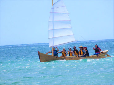 帆に風を受けて沖縄の海をクルージング