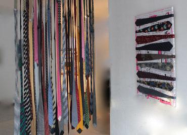 Links:Krawattenvorhang 2017,Krawatten, Netzstoff, Gardinenstange, 140 x 200 cm / Rechts:Vorstandssitzung 2014,Textil, Collage, Lack, Tinte, 80 x 100 cm