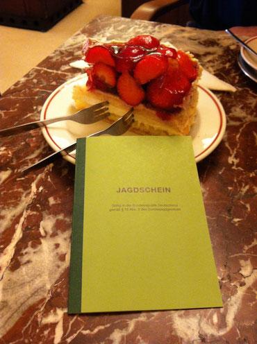Zur Feier des Tages: Erstmal ein Stück Erdbeertorte im Café Gnosa erlegt!
