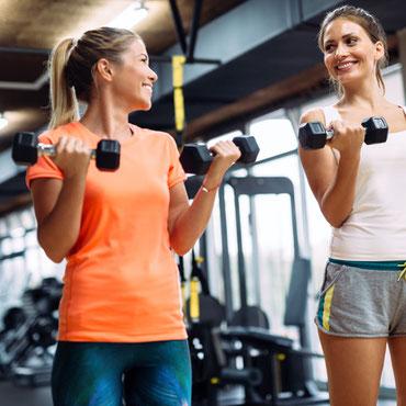 Zwei junge Frauen beim Training mit Hanteln