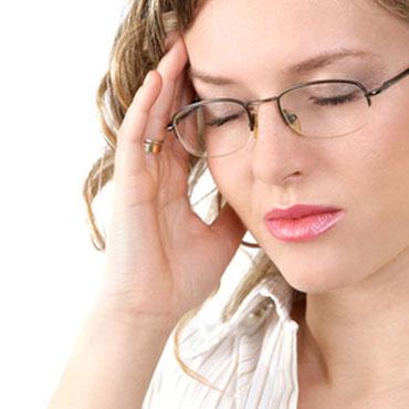 Frau mit Kopfschmerzen oder Migräne