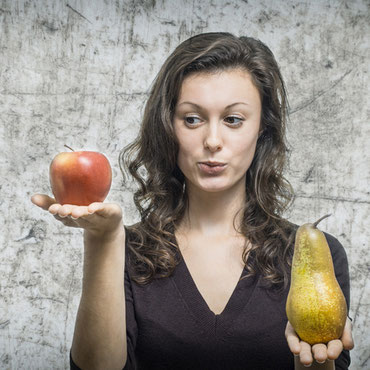 Frau mit Lebensmittelunverträglichkeit prüft Obst